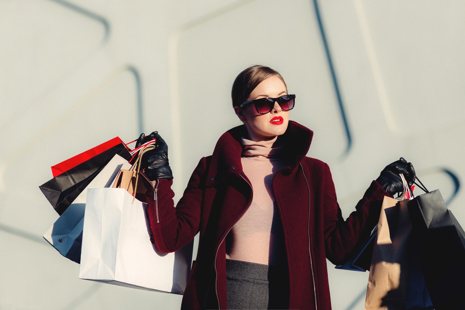 Moderiktigt klädd kvinna med shoppingkassar